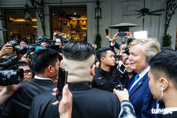Hai ông Trump và Kim giả đã bắt tay nhau tại Hà Nội - Ảnh 13.