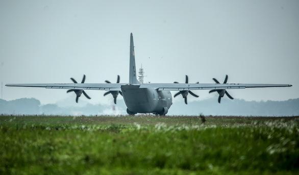 Hercules C-130J của Mỹ xuất hiện 2 giờ ở Nội Bài - Ảnh 7.