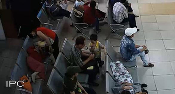 Uống nước, ăn cơm người lạ mời ở bến xe Miền Đông, khách lăn ra ngủ - Ảnh 5.