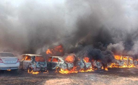 Triển lãm hàng không Ấn Độ thành biển lửa, 300 ôtô cháy rụi - Ảnh 4.