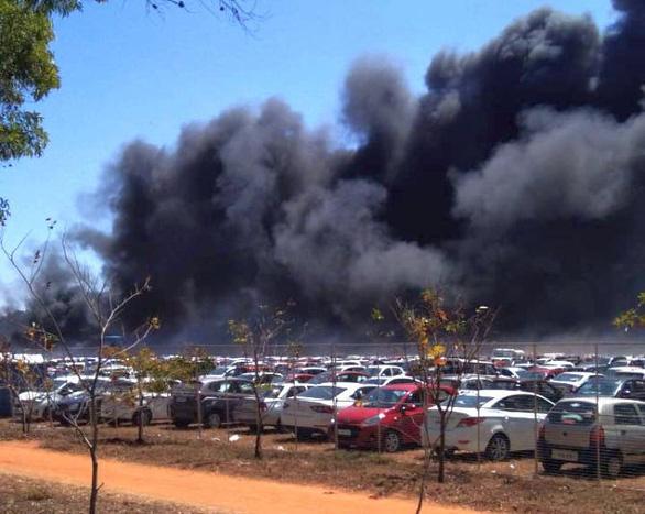 Triển lãm hàng không Ấn Độ thành biển lửa, 300 ôtô cháy rụi - Ảnh 3.