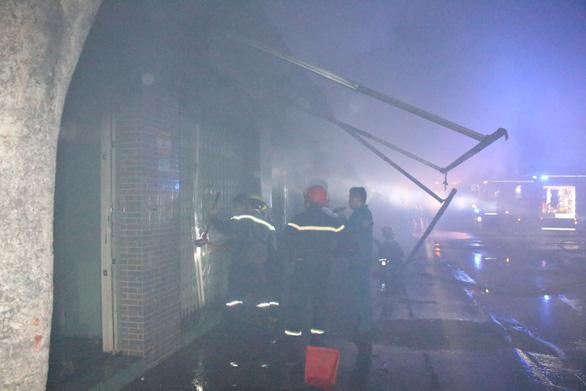 Cháy tiệm tạp hóa nửa đêm giữa khu dân cư - Ảnh 1.