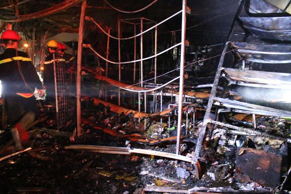 Cháy tiệm tạp hóa nửa đêm giữa khu dân cư - Ảnh 4.