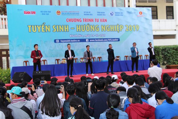 5.000 học sinh rộn ràng trong ngày tư vấn tuyển sinh tại Khánh Hòa - Ảnh 1.