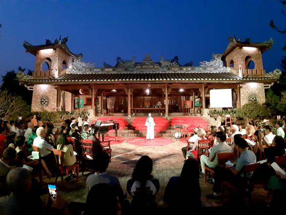 Đêm xuân nghe hát thơ Hàn Mặc Tử ở Bến Xuân - Ảnh 1.