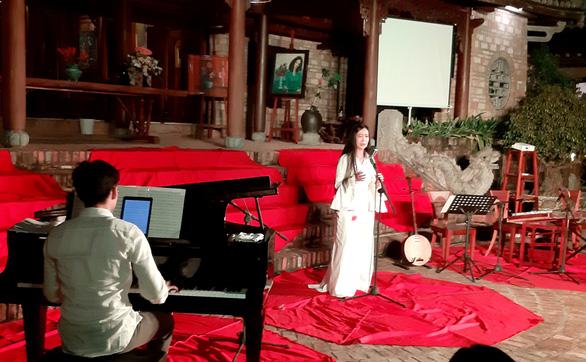Đêm xuân nghe hát thơ Hàn Mặc Tử ở Bến Xuân - Ảnh 3.