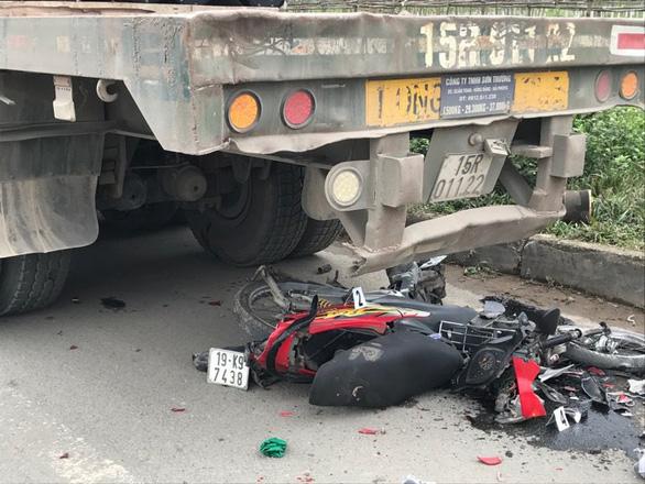 Xe container đi lùi đâm chết nữ sinh dừng xe máy ven đường - Ảnh 1.