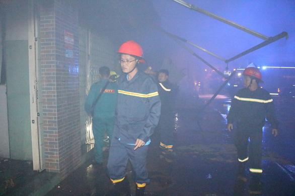 Cháy tiệm tạp hóa nửa đêm giữa khu dân cư - Ảnh 2.