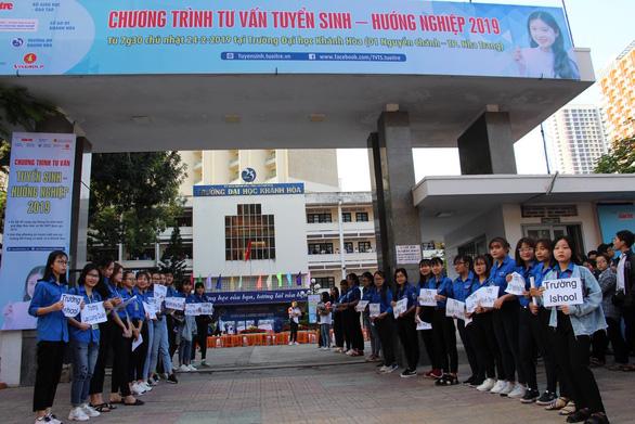 5.000 học sinh rộn ràng trong ngày tư vấn tuyển sinh tại Khánh Hòa - Ảnh 4.