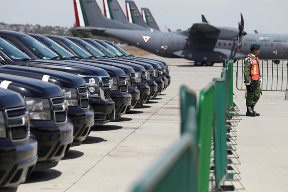 Bán hàng trăm xe công, trực thăng để lấy tiền lo cho dân - Ảnh 2.