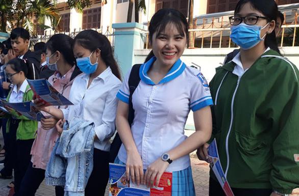 5.000 học sinh rộn ràng trong ngày tư vấn tuyển sinh tại Khánh Hòa - Ảnh 5.