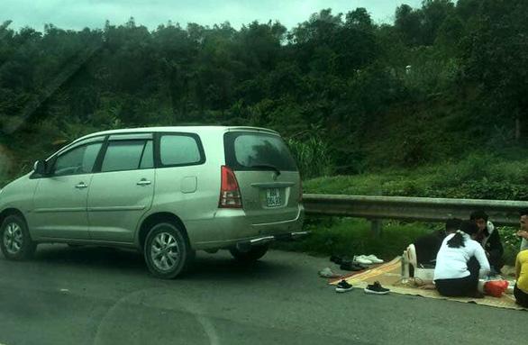 Lần thứ tư xuất hiện hình ảnh ngồi ăn trên cao tốc Nội Bài - Lào Cai - Ảnh 1.