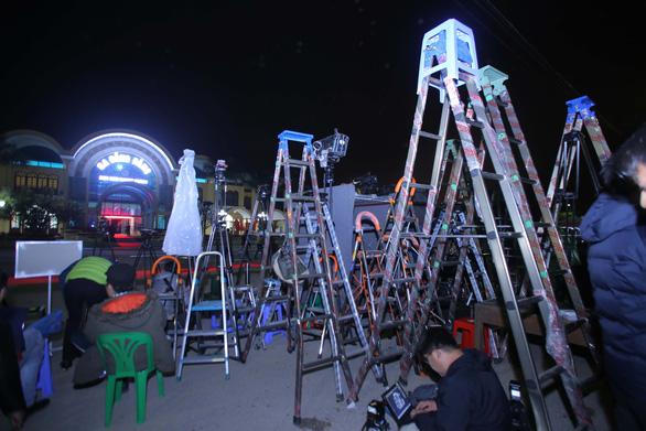 Ga Đồng Đăng rực rỡ cờ hoa 3 nước trong đêm 13 độ trước giờ đón ông Kim Jong Un - Ảnh 6.