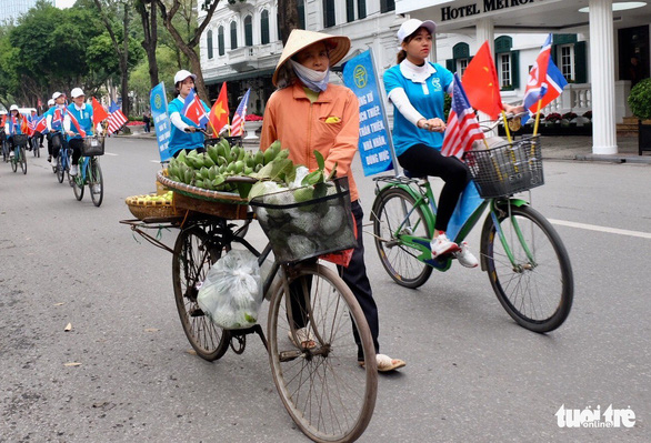 Đạp xe quanh trung tâm Hà Nội tuyên truyền ứng xử văn minh - Ảnh 1.