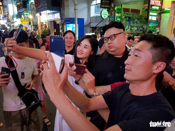 Thêm một Kim Jong Un giả xuất hiện ở Sài Gòn - Ảnh 5.
