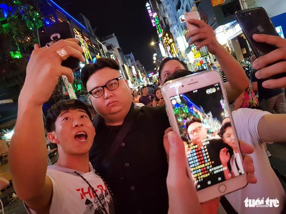 Thêm một Kim Jong Un giả xuất hiện ở Sài Gòn - Ảnh 6.