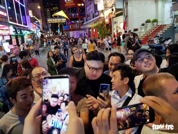Thêm một Kim Jong Un giả xuất hiện ở Sài Gòn - Ảnh 3.