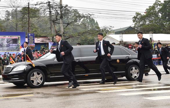 Ông Kim Jong Un mở cửa chống đạn, vẫy tay chào: chưa từng có tiền lệ - Ảnh 3.
