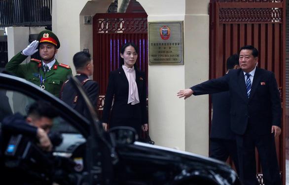 Ông Kim Jong Un cùng em gái đến thăm Đại sứ quán Triều Tiên - Ảnh 3.