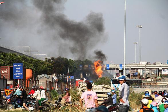 Xe bồn chở xăng bốc cháy dữ dội trên Xa lộ Hà Nội - Ảnh 2.