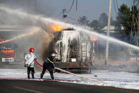 Xe bồn chở xăng bốc cháy dữ dội trên Xa lộ Hà Nội - Ảnh 4.
