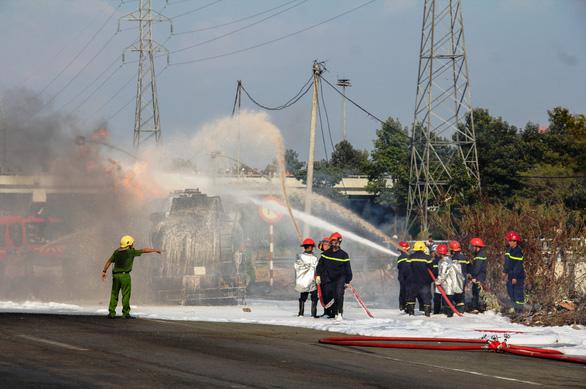 Xe bồn chở xăng bốc cháy dữ dội trên Xa lộ Hà Nội - Ảnh 3.