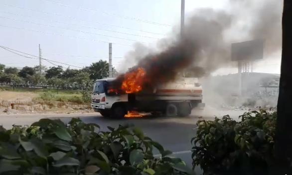Xe bồn chở xăng bốc cháy dữ dội trên Xa lộ Hà Nội - Ảnh 1.