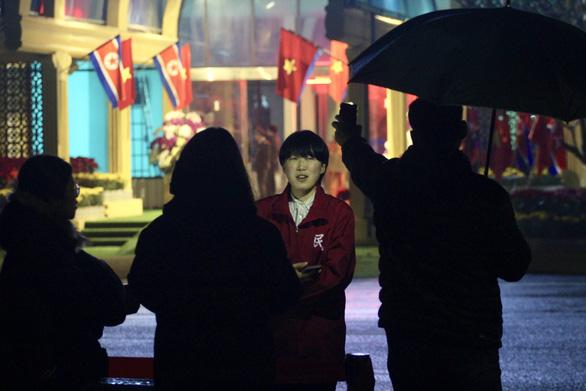 Ga Đồng Đăng rực rỡ cờ hoa 3 nước trong đêm 13 độ trước giờ đón ông Kim Jong Un - Ảnh 7.