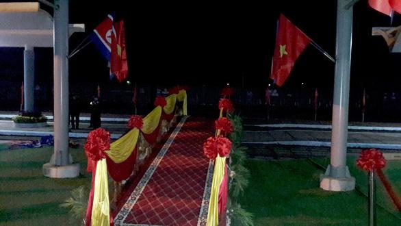 Ga Đồng Đăng rực rỡ cờ hoa 3 nước trong đêm 13 độ trước giờ đón ông Kim Jong Un - Ảnh 5.