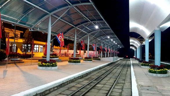 Ga Đồng Đăng rực rỡ cờ hoa 3 nước trong đêm 13 độ trước giờ đón ông Kim Jong Un - Ảnh 1.