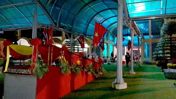 Ga Đồng Đăng rực rỡ cờ hoa 3 nước trong đêm 13 độ trước giờ đón ông Kim Jong Un - Ảnh 4.