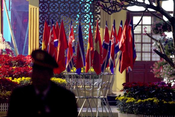 Ga Đồng Đăng rực rỡ cờ hoa 3 nước trong đêm 13 độ trước giờ đón ông Kim Jong Un - Ảnh 3.