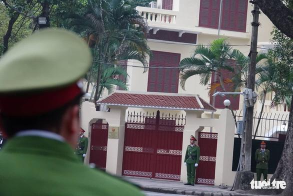 Ông Kim Jong Un cùng em gái đến thăm Đại sứ quán Triều Tiên - Ảnh 4.