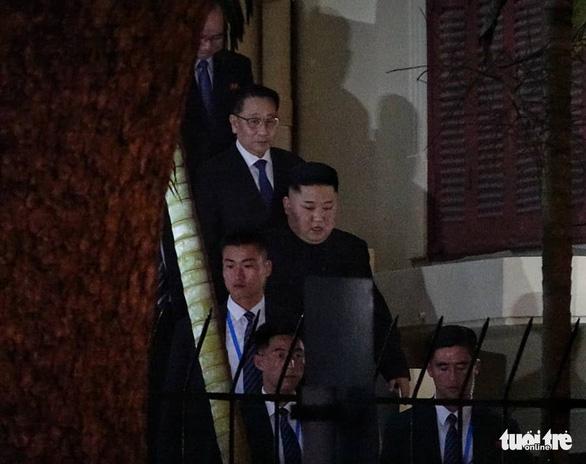 Ông Kim Jong Un cùng em gái đến thăm Đại sứ quán Triều Tiên - Ảnh 1.