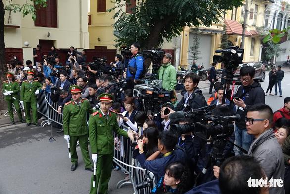 Ông Kim Jong Un cùng em gái đến thăm Đại sứ quán Triều Tiên - Ảnh 7.