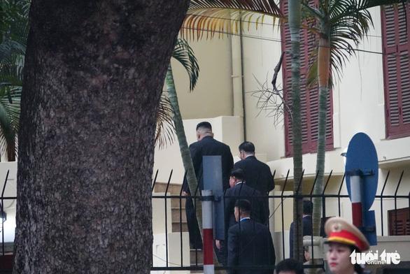 Ông Kim Jong Un cùng em gái đến thăm Đại sứ quán Triều Tiên - Ảnh 5.