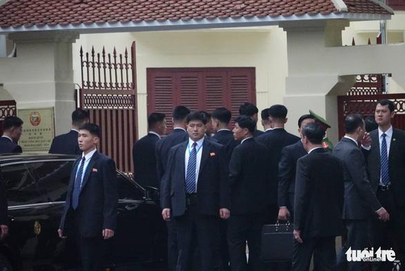 Ông Kim Jong Un cùng em gái đến thăm Đại sứ quán Triều Tiên - Ảnh 6.