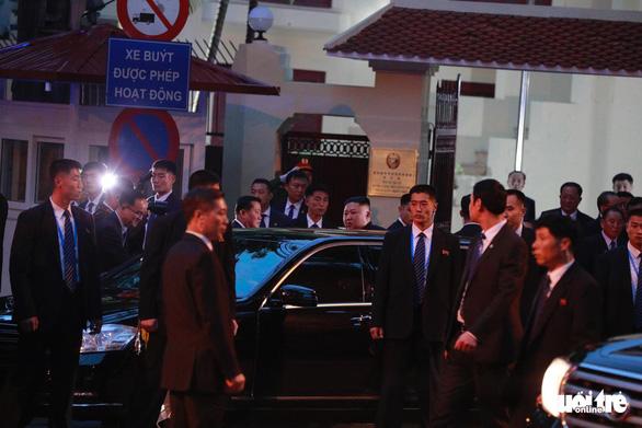 Ông Kim Jong Un cùng em gái đến thăm Đại sứ quán Triều Tiên - Ảnh 2.