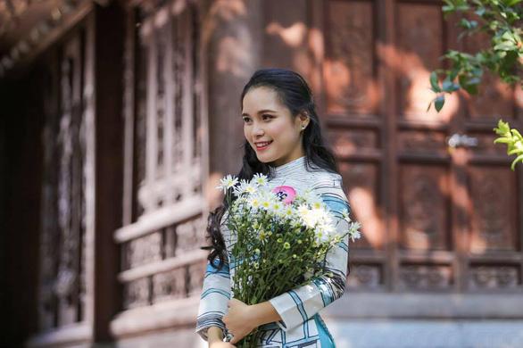 9X tặng hoa cho ông Trump ở sân bay Nội Bài: một cô gái thú vị! - Ảnh 4.