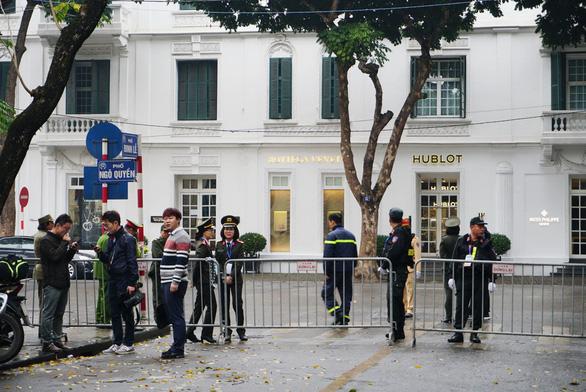 Phóng viên, người dân canh me khách sạn chờ gặp ông Trump - Ảnh 4.