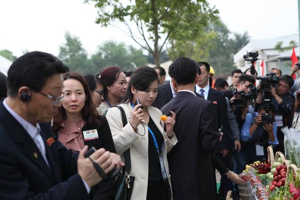 Nữ ca sĩ quyền lực nhất Triều Tiên thích thú khi ăn... ớt Việt Nam - Ảnh 1.