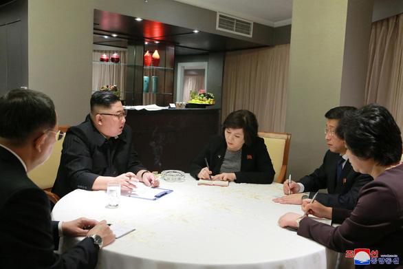 Báo Triều Tiên đăng tải ảnh bàn bạc đàm phán của ông Kim Jong Un - Ảnh 1.