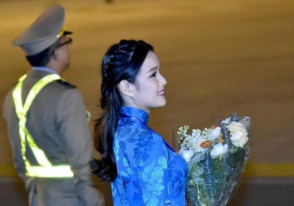 9X tặng hoa cho ông Trump ở sân bay Nội Bài: một cô gái thú vị! - Ảnh 2.