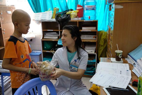 Phụ huynh trang trí phòng bệnh, tri ân y bác sĩ - Ảnh 5.