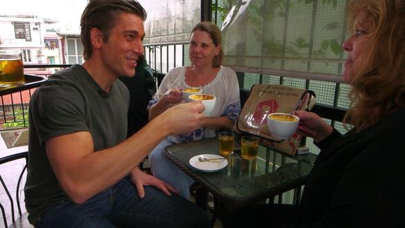 Cà phê trứng, nộm đu đủ, phở bò Hà Nội lên truyền hình Mỹ - Ảnh 2.