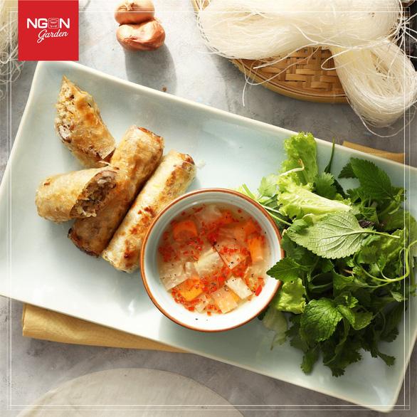 Đoàn Triều Tiên đi ăn nem rán, bánh xèo... ở Hà Nội - Ảnh 5.