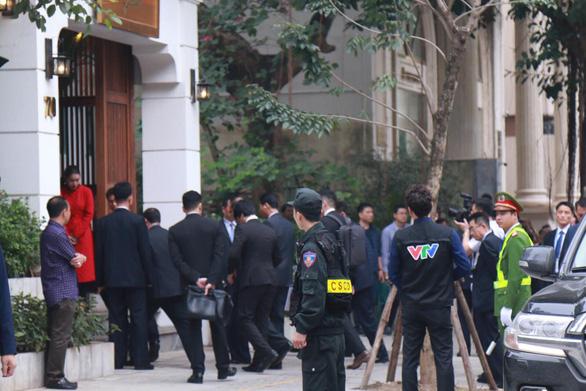 Đoàn Triều Tiên đi ăn nem rán, bánh xèo... ở Hà Nội - Ảnh 1.