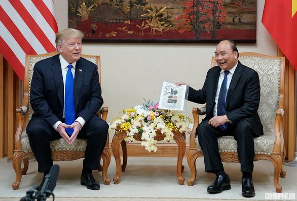 Tổng thống Trump bất ngờ với vật kỉ niệm của Thủ tướng Nguyễn Xuân Phúc - Ảnh 1.