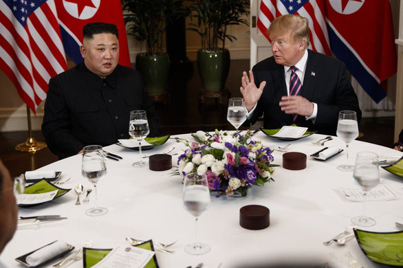 Tại sao mỗi lần gặp, 2 ông Trump - Kim luôn ăn cocktail tôm và thịt bò? - Ảnh 1.