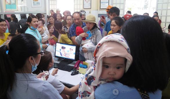 Thiếu vắc xin 6 trong 1, dân chen lấn để tiêm cho con - Ảnh 1.